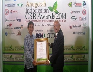 Hartjahjo Ariawan receives the award on behalf of PT. RAPP